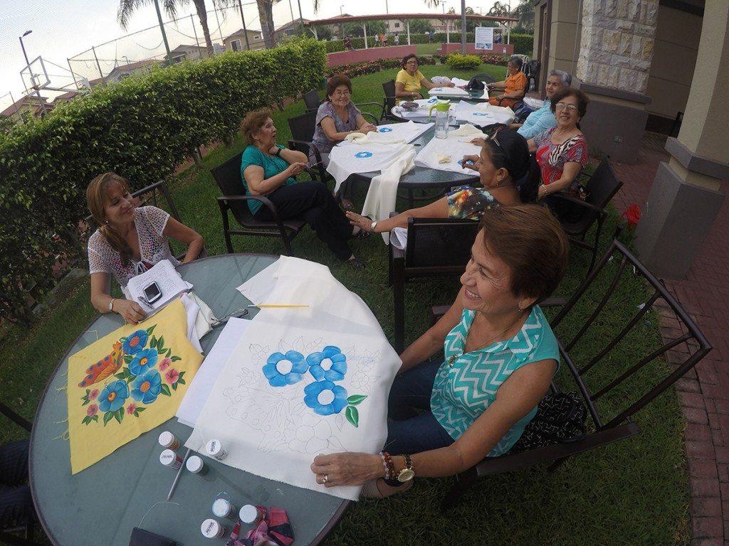 El club de adultos mayores de la Brisa se reúne dos veces por semana, de 15h00 a 18h00 en el área social.
