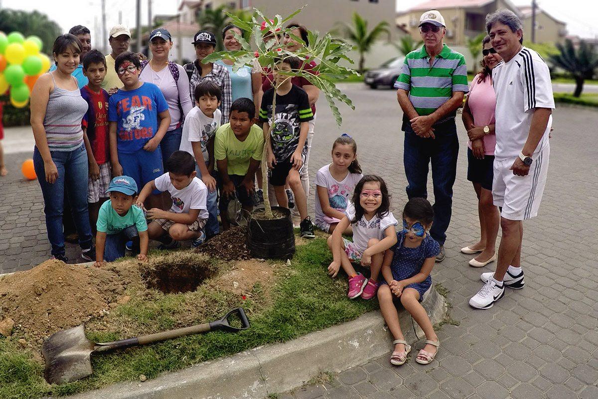 Vecinos siembran árboles en Aura de Villa Club