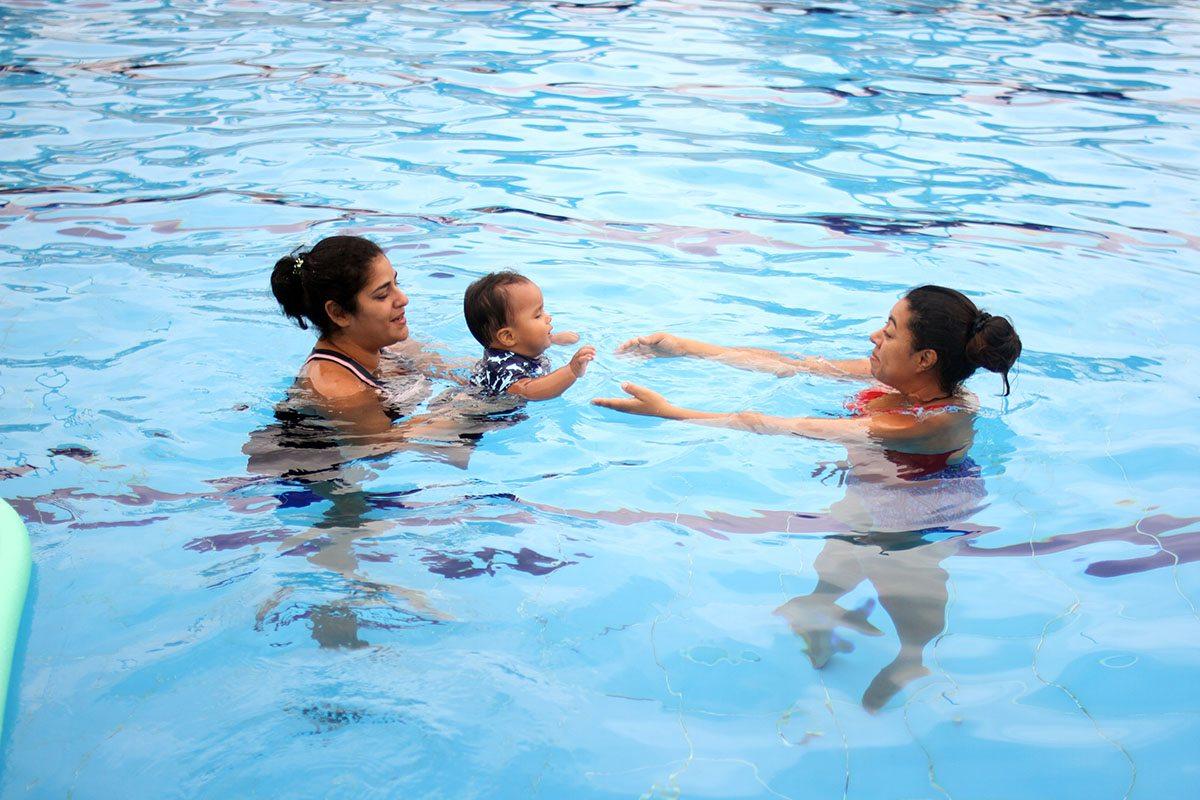 Aprendiendo a nadar a los seis meses de edad