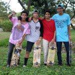 Cuatro amigos ruedan en skate por todo Villa del Rey