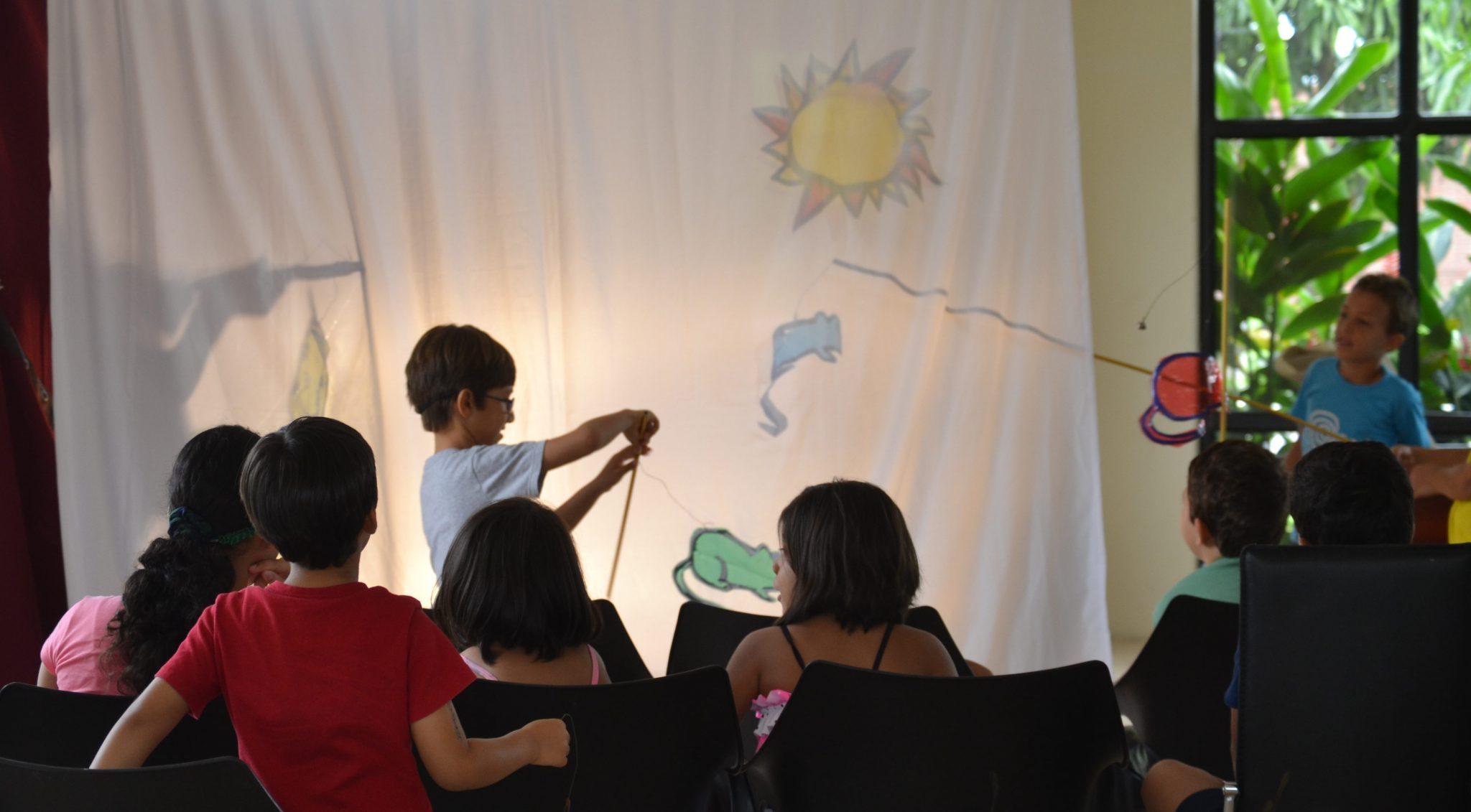 Esta forma de trabajo, estimula a los niños a involucrarse más con el teatro.