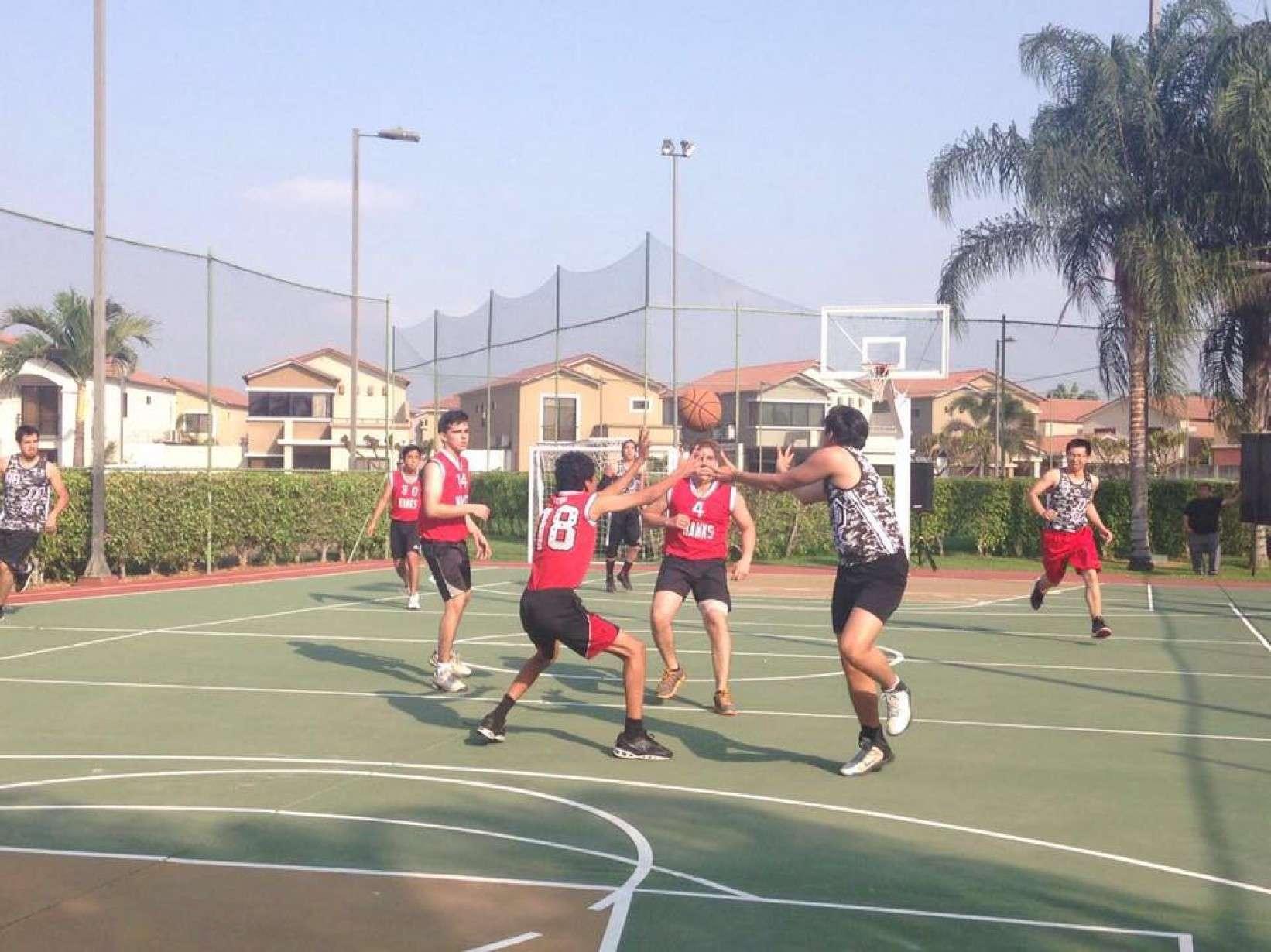 Los fines de semana, se juega básquet en Ciudad Celeste