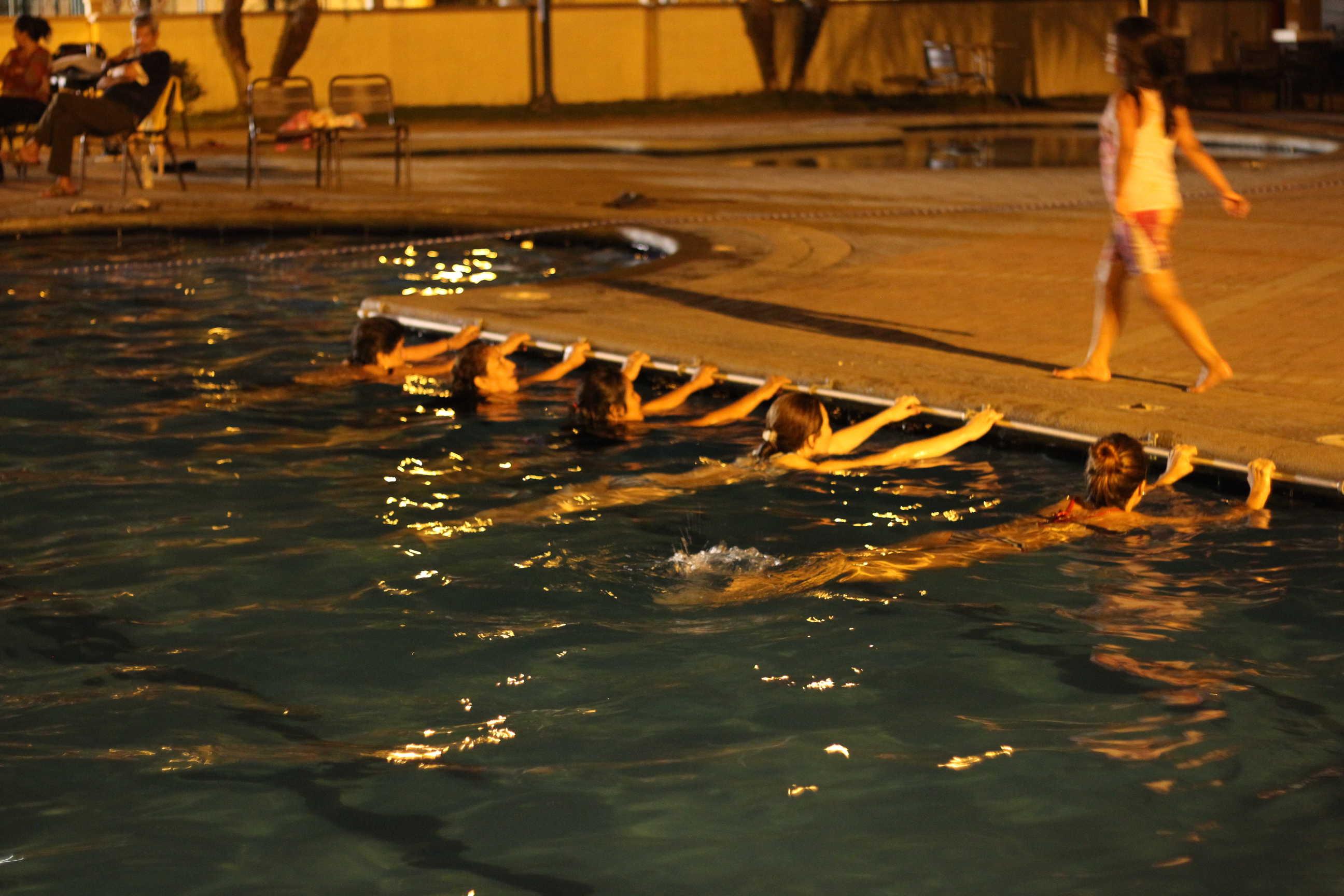 Residentes de La Joya realizando terapias de rehabilitación en la piscina