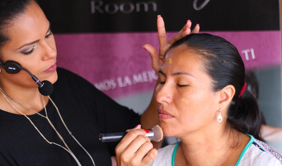 Aplica un poco de base en tu rostro, y si al difuminarlo con una brocha el color se pierde en tu cara, ese es el ideal.