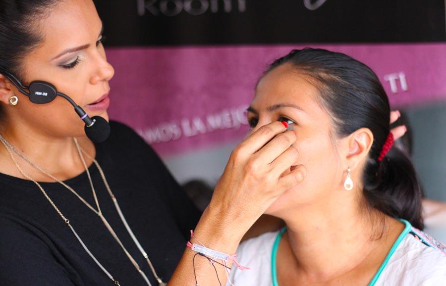 Para evitar que el maquillaje se quede en estas comisuras y aparenten ser arrugas, usa una esponja para fijar mejor el maquillaje.