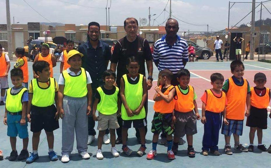 Los profes Dusan y Duffer con los alumnos en la escuela de fútbol de Montana Fútbol Club