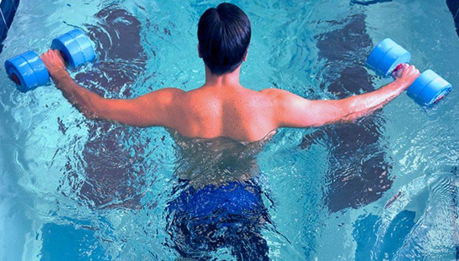 Guido Copossela realiza terapias de rehabilitación en la piscina