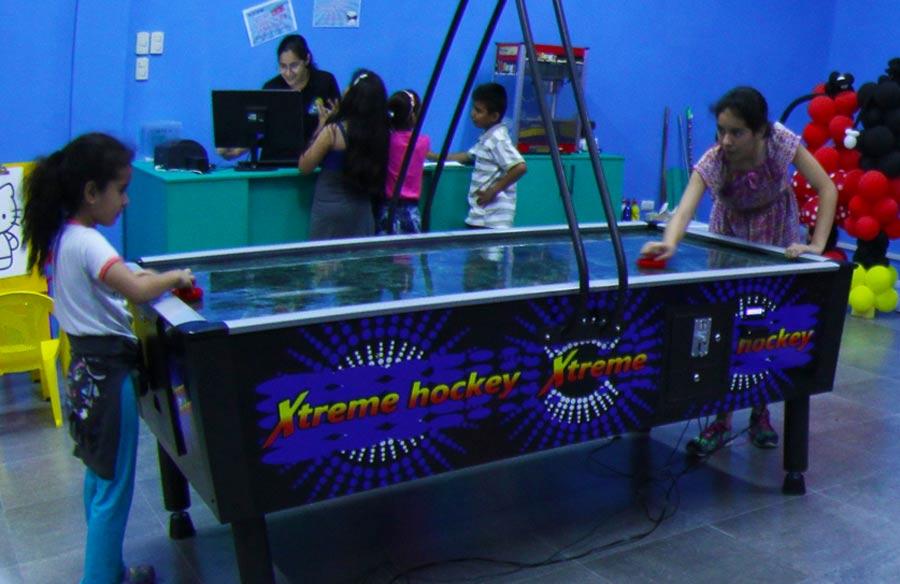 Los niños se divierten jugando air hockey