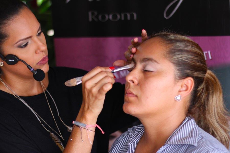 Si tienes que asistir a algún evento que dure algunas horas y necesitas que tu maquillaje perdure, usa un primer.