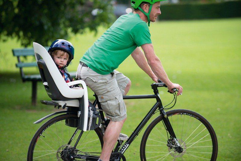 Los niños disfrutan un montón de un paseo en bicicleta