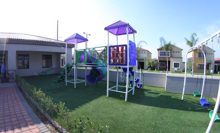 Los juegos infantiles por lo general están muy cerca de la piscina
