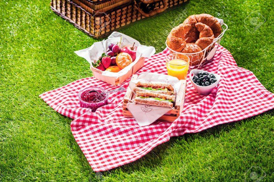 En vez de desayunar en la mesa de tu casa, sal al parque más cercano y tiende un mantel sobre el césped para poner los alimentos.