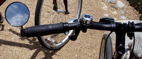 El espejo es uno de los accesorios importantes para andar en bici