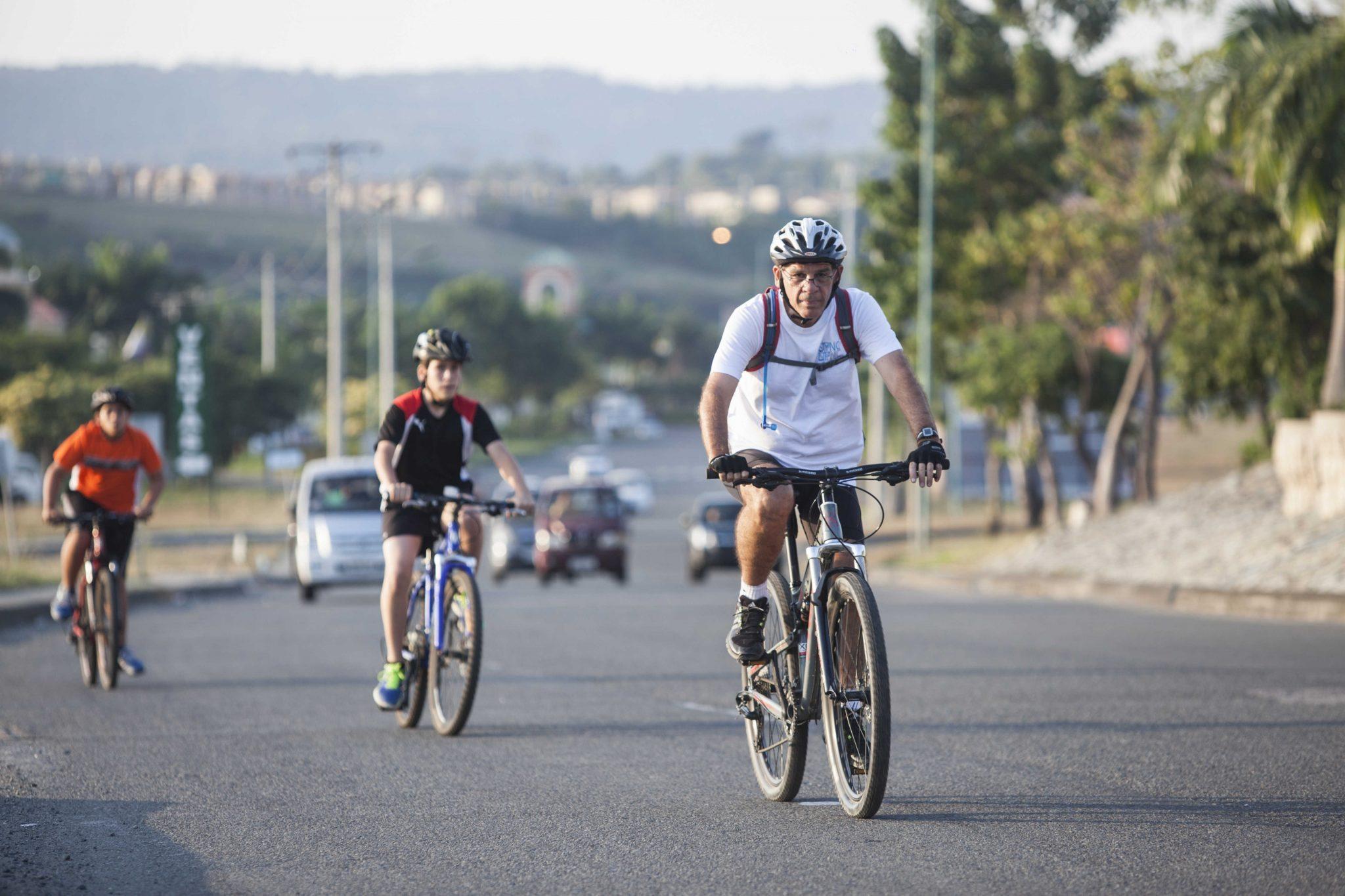 Las calles que unen a las urbanizaciones en cada Ciudad para Vivir, son lo suficientemente amplias para poder andar en bicicleta y disfrutar de un recorrido poblado por árboles
