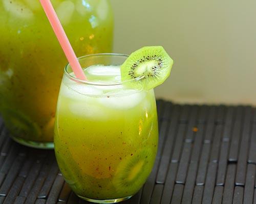 Kiwi y pepinos: agua fresca
