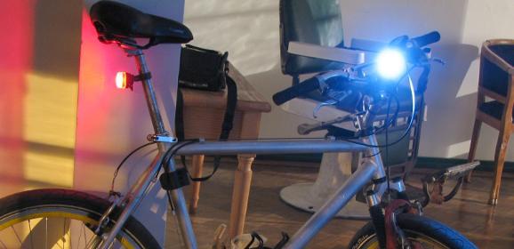 Si planeas pedalear en horas nocturnas, lo mejor es que lo hagas con luces