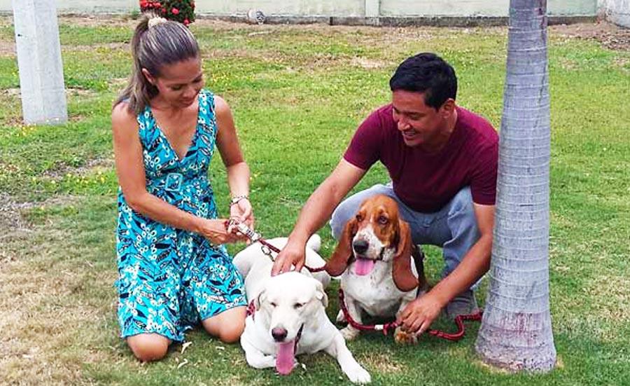 Daniel Chamba y su esposa Mónica Beltrán junto a sus mascotas