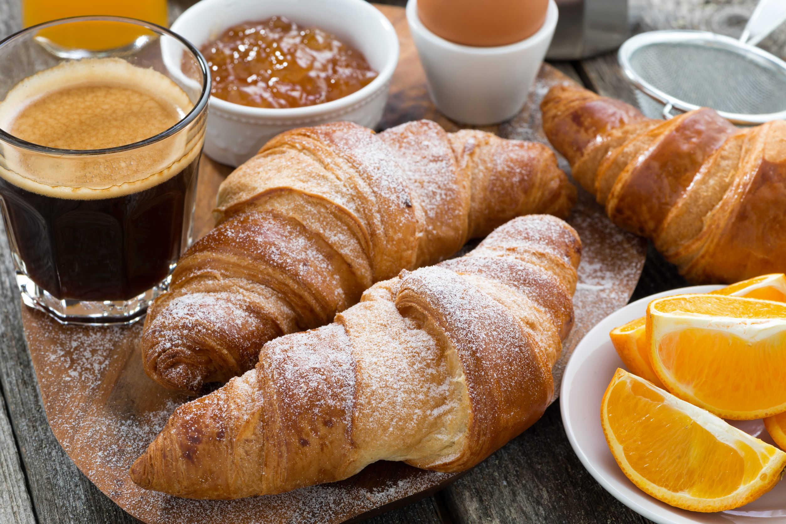 Delicioso y simple desayuno estilo francés
