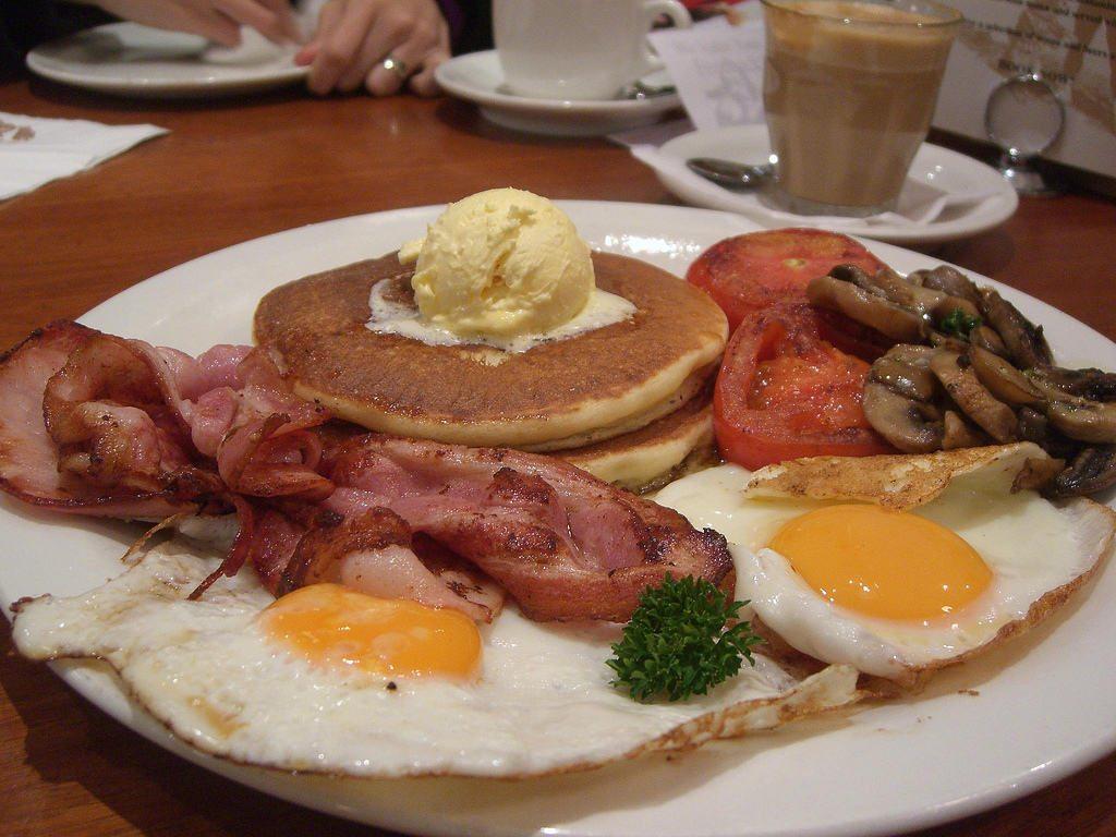 Un delicioso desayuno al estilo americano de Estados Unidos